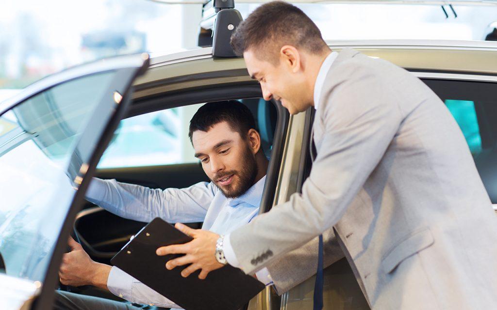 Bästa Billån - Man bilförsäljare köpa bil